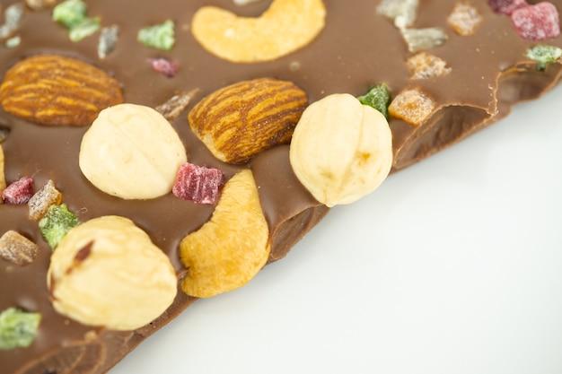 Un morceau de chocolat avec diverses noix et fruits confits