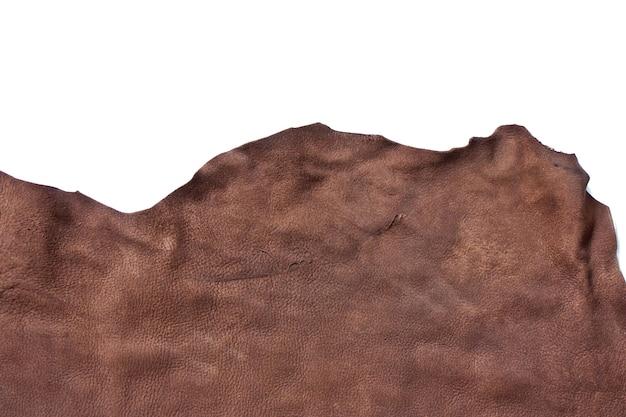 Morceau de cuir marron isolé sur blanc