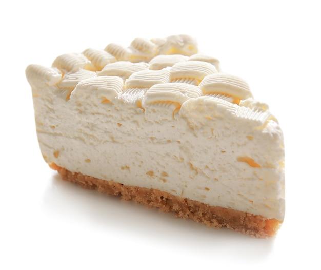 Morceau de délicieux cheesecake sur fond blanc