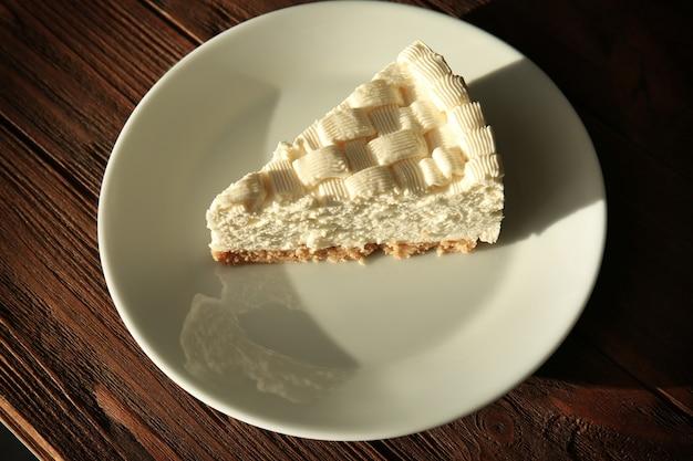 Morceau de délicieux cheesecake sur plaque blanche