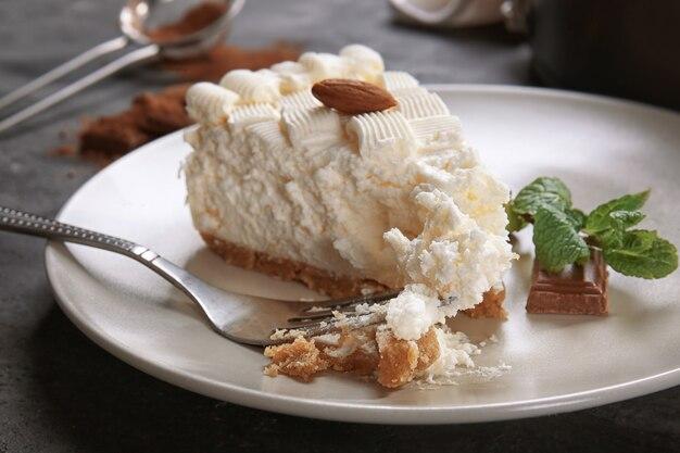 Morceau de délicieux cheesecake sur plaque