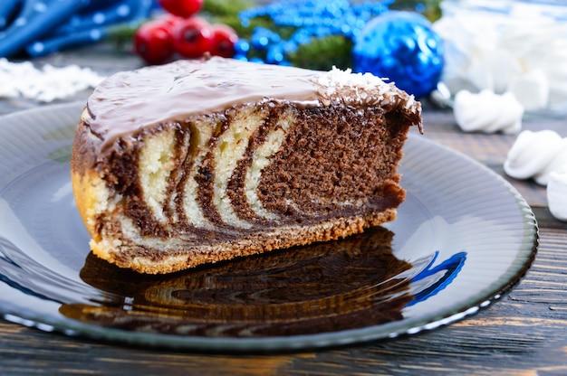 Un morceau de délicieux gâteau bicolore avec du chocolat et des copeaux de noix de coco
