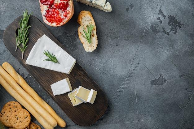 Morceau de l'ensemble de fromage brie, sur table grise, vue du dessus