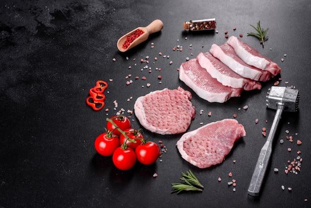 Un morceau d'escalop de porc cru frais coupé en plusieurs parties