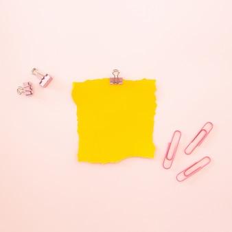 Morceau de feuille jaune sur fond rose