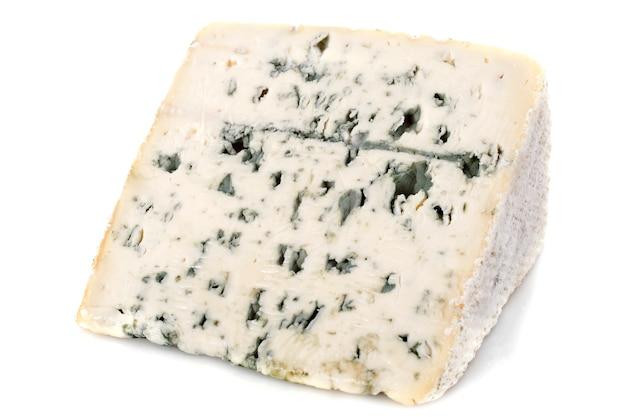 Morceau de fromage bleu sur blanc