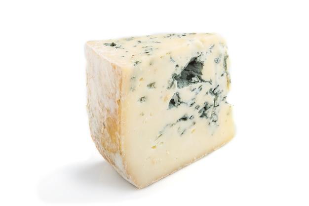 Morceau de fromage bleu isolé sur une surface blanche