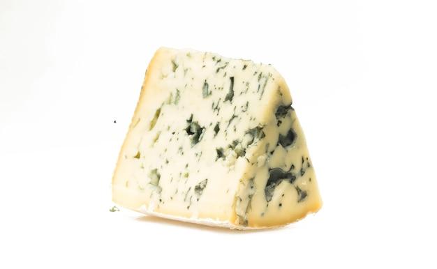 Morceau de fromage fromage morceau de fromage isolé sur une tranche blanche de gorgonzola de fromage bleu