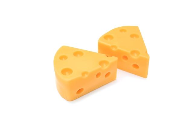 Morceau de fromage isolé sur fond blanc