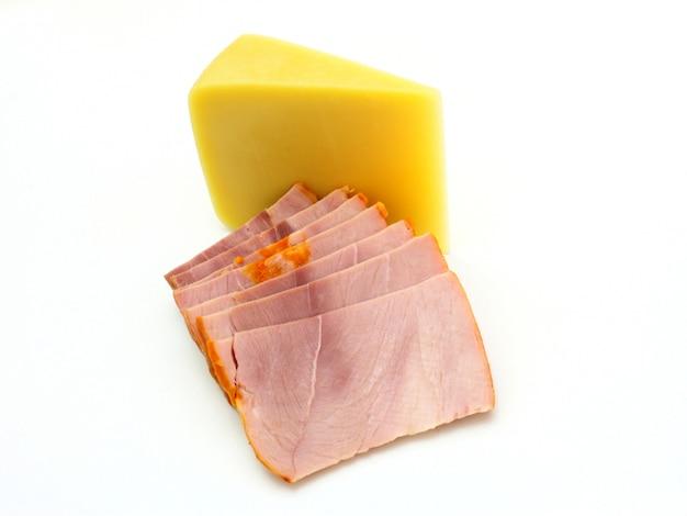 Morceau de fromage jaune avec un morceau de viande