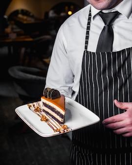 Morceau de gâteau au caramel décoré de biscuits au chocolat 1