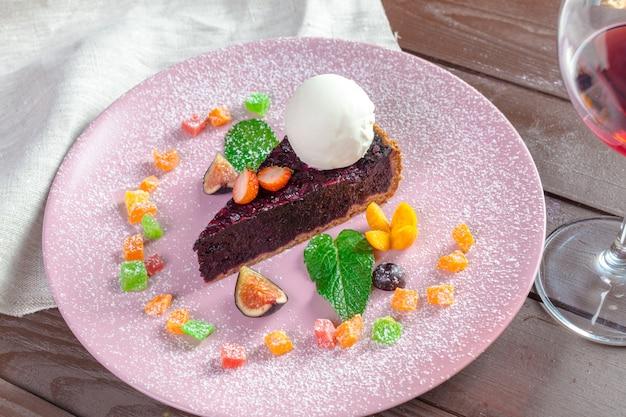 Morceau de gâteau au chocolat et aux amandes avec un filet de vinaigre balsamique et de la crème glacée