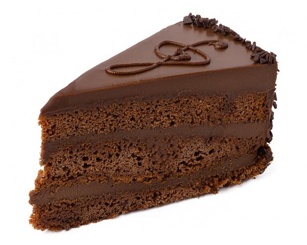 Morceau de gâteau au chocolat isolé sur blanc