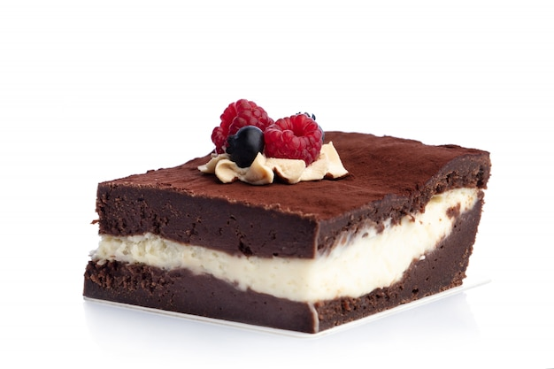 Morceau de gâteau au chocolat isolé sur fond blanc.