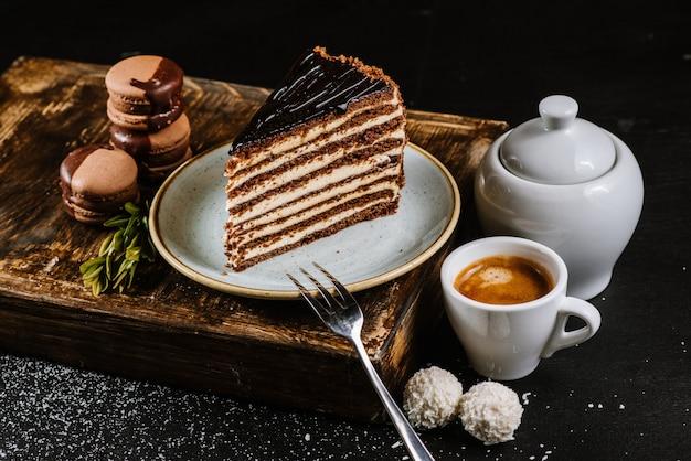 Morceau de gâteau au chocolat sur le noir