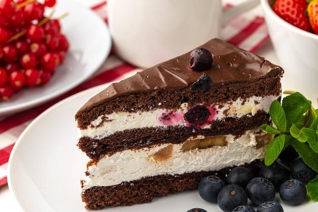 Morceau de gâteau au chocolat sur table close up