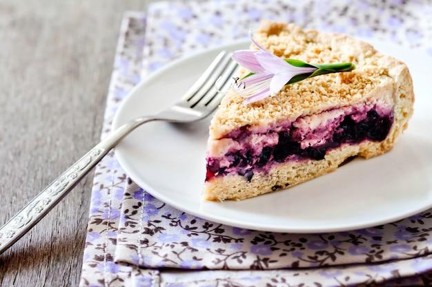 Morceau de gâteau aux bleuets sur une plaque