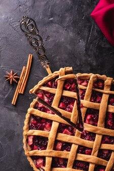 Un morceau de gâteau aux pommes et aux cerises