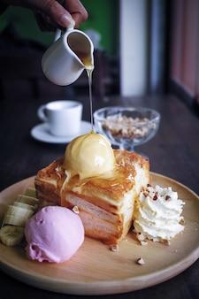 Morceau de gâteau avec des boules de crème glacée