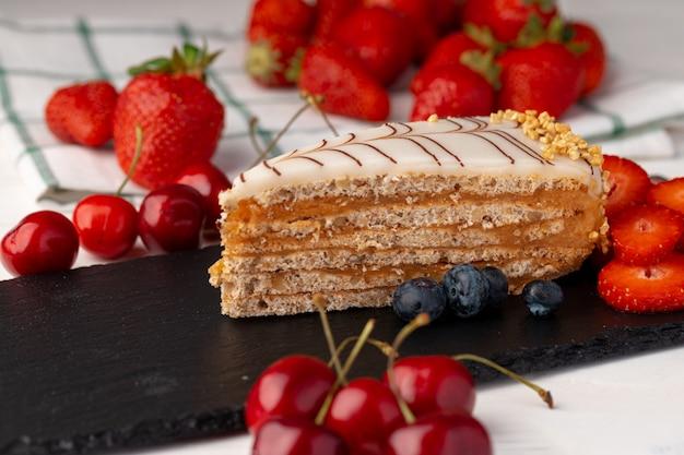 Morceau de gâteau esterhazi décoré de baies fraîches