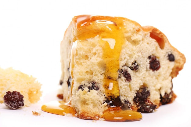 Morceau de gâteau frais avec du miel