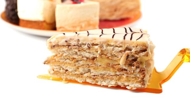 Morceau de gâteau, isolé sur blanc