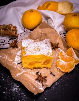 Morceau de gâteau à la mandarine sur papier kraft brun