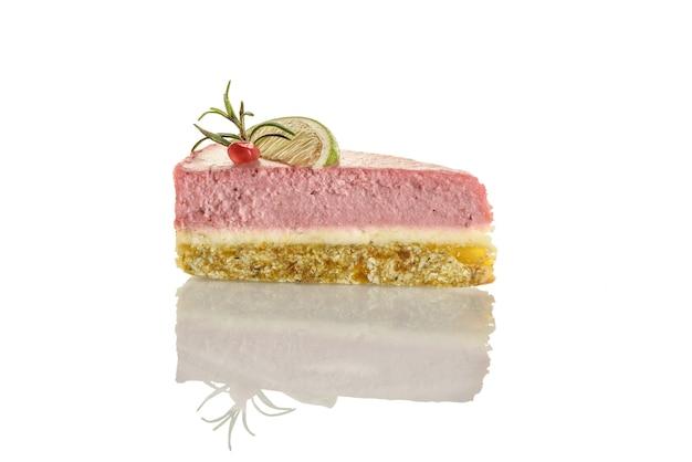 Morceau de gâteau de nourriture crue sur fond blanc.