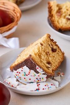 Morceau de gâteau de pâques sur fond clair