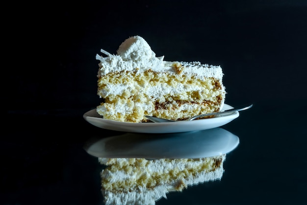 Morceau de gâteau savoureux sur assiette avec réflexion