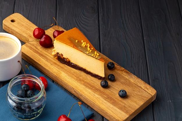 Morceau de gâteau souffle avec dessus caramel servi avec des baies