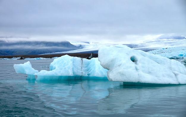 Morceau de glace bleue