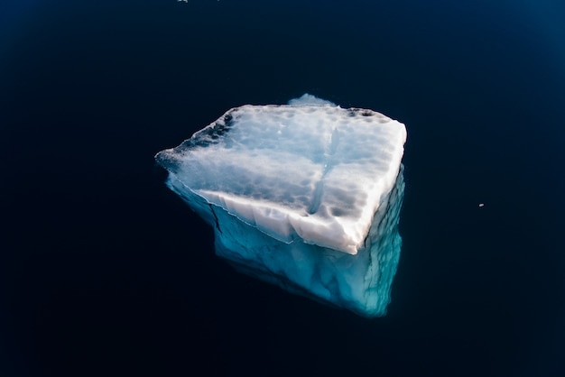 Morceau de glace dans de l'eau propre