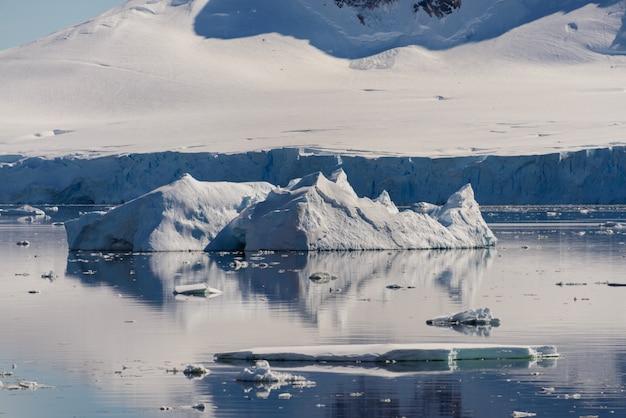 Morceau de glace dans l'eau