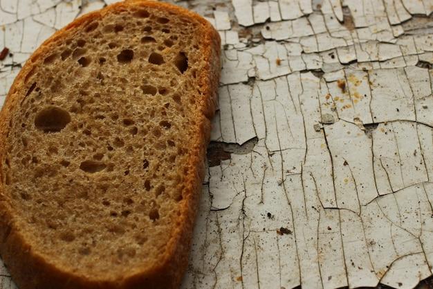 Un morceau de pain sur l'ancien rebord de la fenêtre