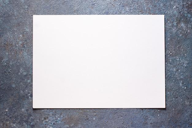 Morceau de papier d'album blanc