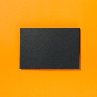 Morceau de papier blanc noir