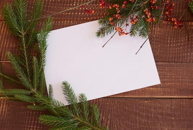 Morceau de papier avec des branches vertes