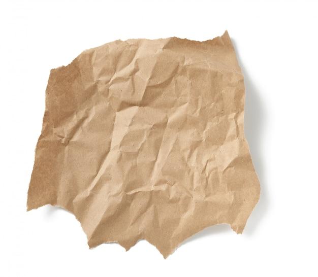 Morceau de papier brun froissé isolé sur blanc
