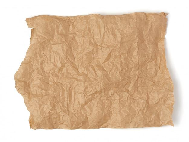 Morceau de papier brun froissé isolé sur fond blanc