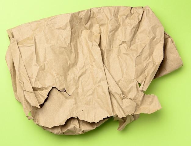 Morceau de papier brun froissé