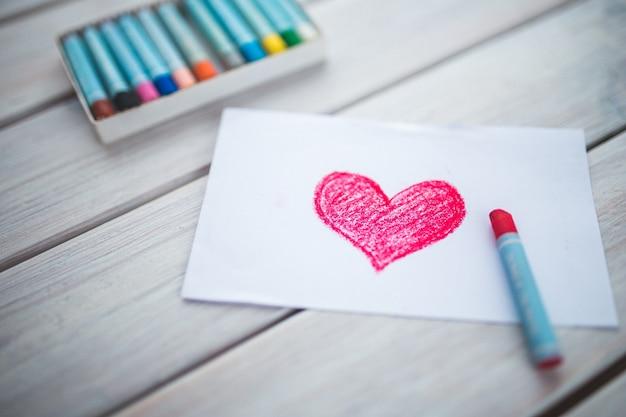 Morceau de papier avec un coeur peint