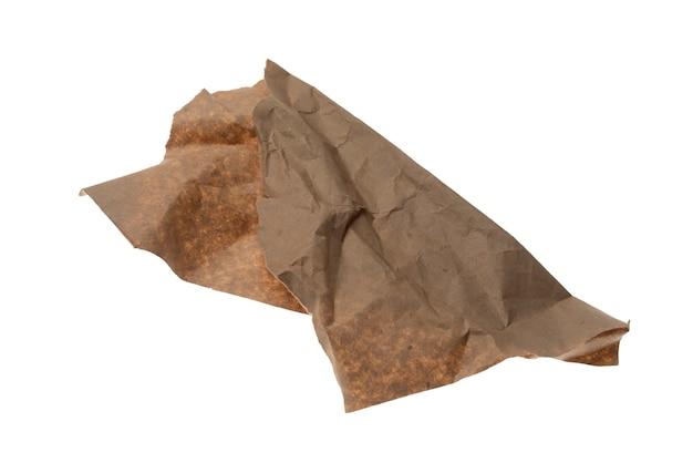 Un morceau de papier d'emballage froissé isolé sur fond blanc