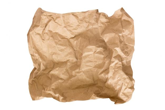 Un morceau de papier kraft beige isolé sur blanc. papier kraft froissé