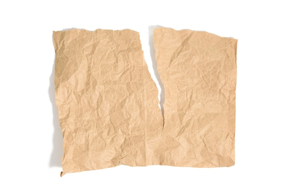 Morceau de papier kraft brun déchiré isolé sur fond blanc, gros plan