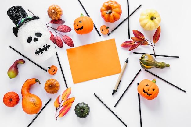 Morceau de papier orange entouré de décorations d'halloween