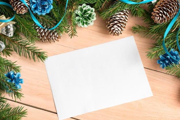 Un morceau de papier pour le texte à côté des décorations pour arbres de noël.