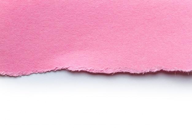 Un morceau de papier rose déchiré. notez les bandes de papier pour le texte ou le message. papier de brouillon.