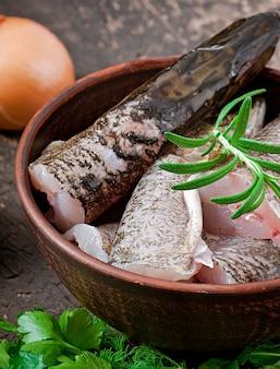 Morceau de poisson cru frais dans un bol