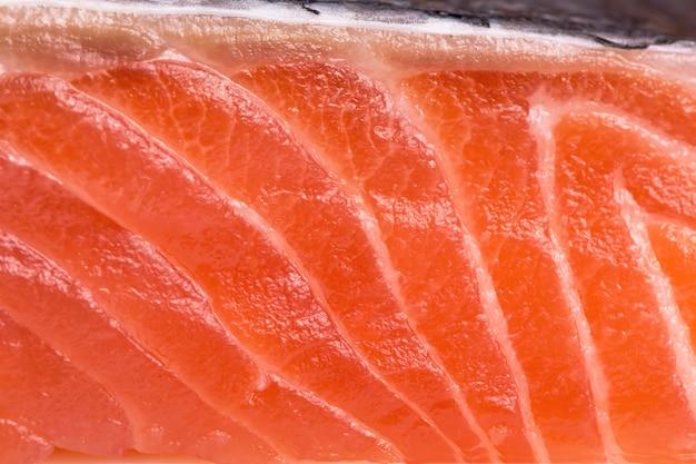 Morceau de poisson en tranches, steak de poisson rouge sur une surface blanche